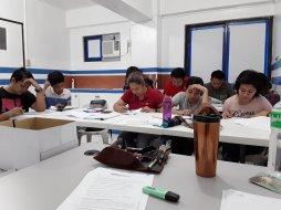 B2 Schüler konzentriert und hochmotiviert am Arbeiten im neuen Klassenraum